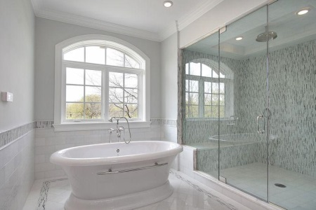 Piastrelle bianche in bagno