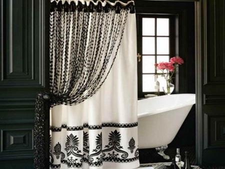 Живые цветы в черно-белой ванной