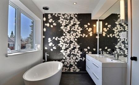 Черно-белая ванная: черный с рисунком и белые стены