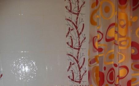 Красная керамическая плитка для ванной: дизайн и нюансы выбора