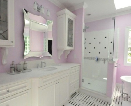 Зеркало в розовой ванной