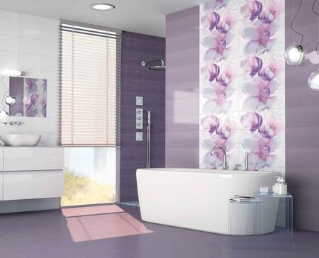 Красивая ванна в сиреневой ванной