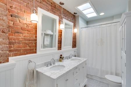 Кирпичная стена в белой ванной