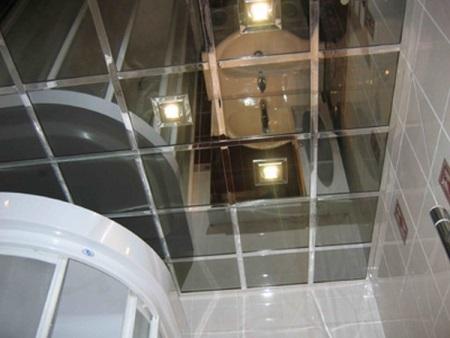 Зеркальные потолки в маленькой ванной
