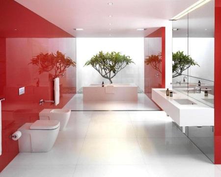 Большая ванная с зеркальной стеной и отражающей отделкой