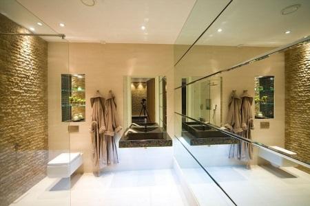 Большая зеркальная стена в ванной