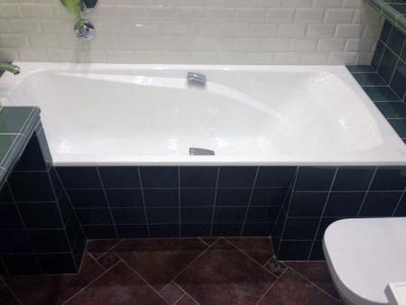 Полочки на стыке ванной и плитки