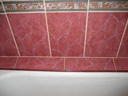 Уголок между плиткой и ванной