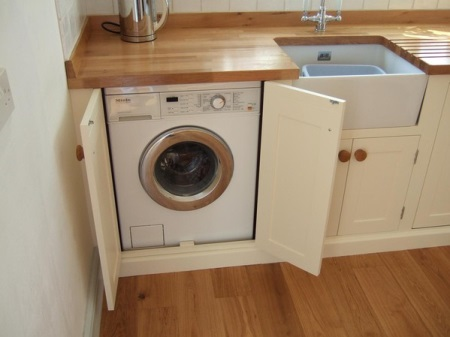 Oft In Kleinen Gehäusen Zögerlich Die Maschine Im Bad Zu Platzieren, Obwohl  Dieser Raum In Der Regel Sehr Klein Ist. Wenn Die Toilette Geräumig Genug  Ist, ...
