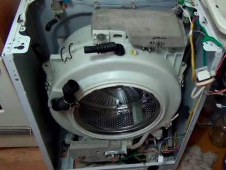 Стиральная машина гудит при отжиме: почему сильно гудит, причины и что делать