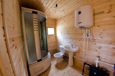 Бойлер в дачной ванной комнате