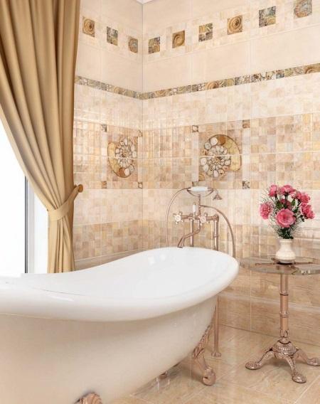 Die Einrichtung Ist Kacheln Aus Einem Mosaik Typ Angeboten, In Den Perligen  Beige Und Hellgrauen Farben. Auch Enthält Die Sammlung Dekorative Elemente  Und ...